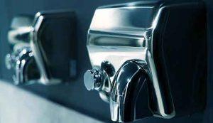 Asciugamani ad aria diffondono patogeni: meglio usare salviette di carta