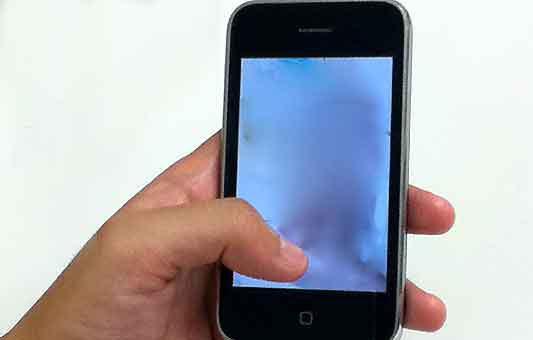 Genitori più attenti allo smartphone che ai figli