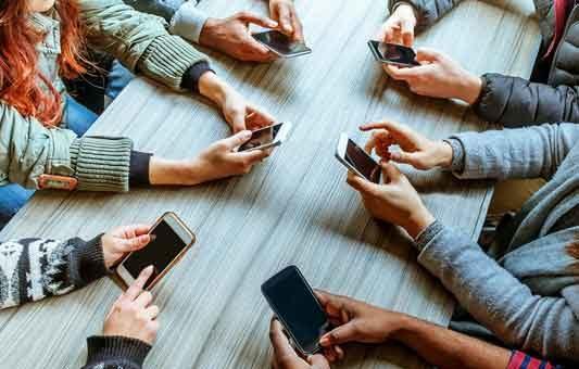 Controllare lo smartphone è contagioso come lo sbadiglio (08/07/2021)